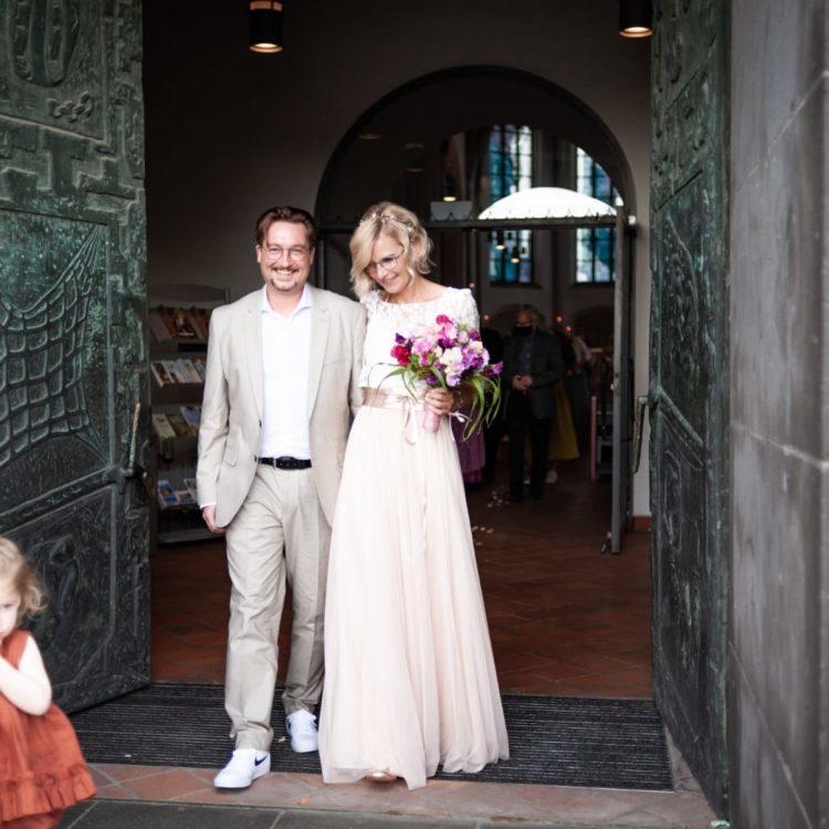 Brautkleid aus Spitzentop mit Botanikspitze und Tüllrock in Blush Rosa