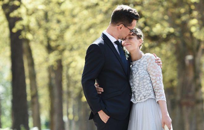 Brautkleid mit Spitze und Tüllrock in Blau (Foto: Moritz Kaschel)
