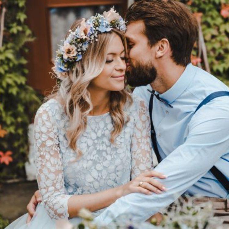 Brautkleid mit Spitze und Tüllrock in Hellblau