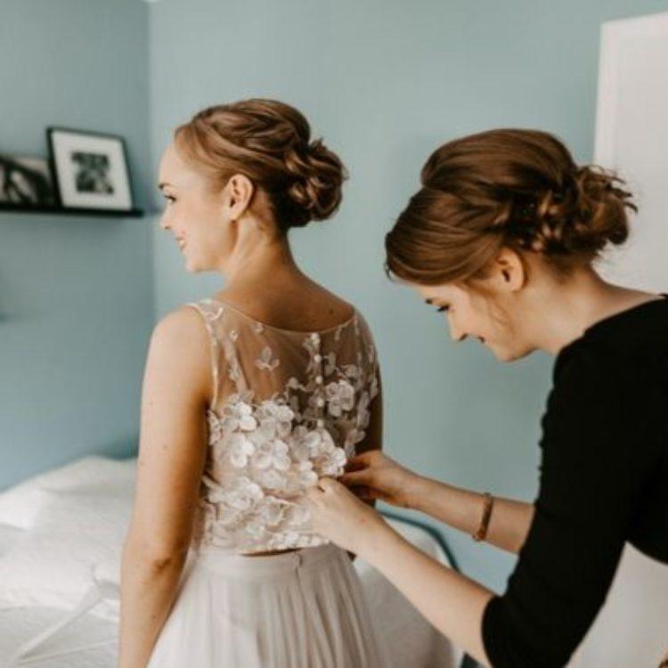 Brautkleid mit Tüllrock und Überrock dazu Braut Top aus floraler 3D-Spitze