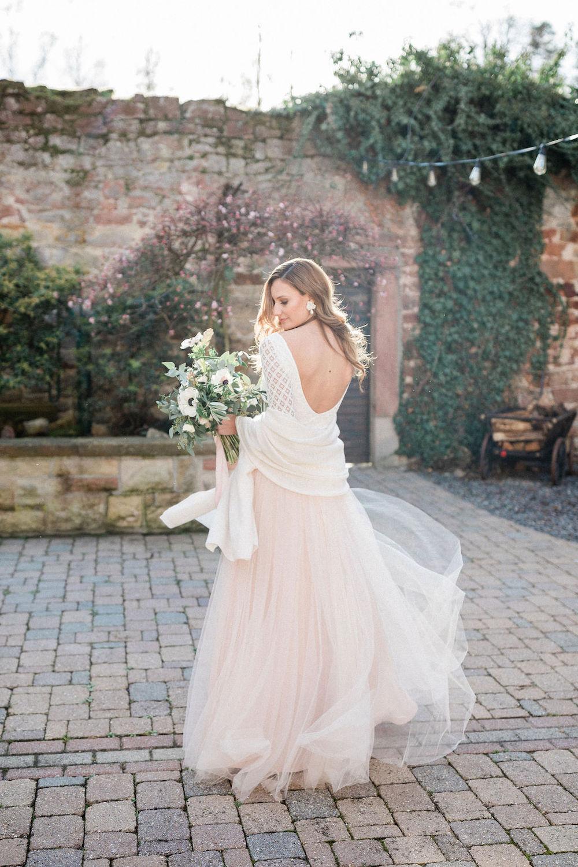 Brautkleid rückenfrei mit Braut Accessoires für die Hochzeit im Winter