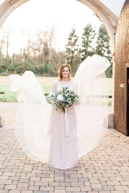 Brautkleid rückenfrei mit Braut Accessoires für die Hochzeit im Winter (Foto: Andreas Nusch Weddingphotography)