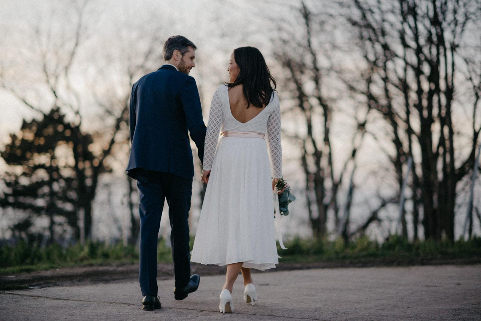 Brautkleid, zweiteilig aus Brautbody mit Spitze und wadenlangem Crêpe Rock