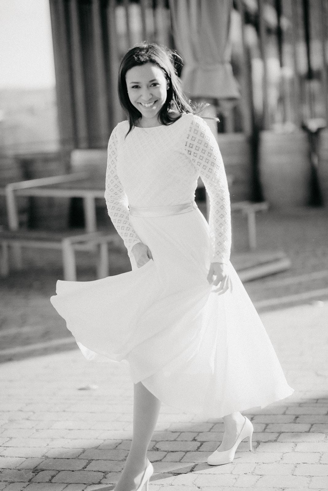 Brautkleid, zweiteilig aus Brautbody mit Spitze und wadenlangem Crêpe Rock (Foto: Florence Grandidier)