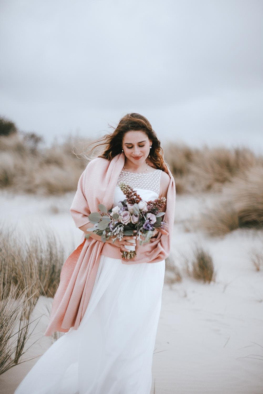 Brautstola, rosa, zum Brautkleid (Foto: Beloved Photography)