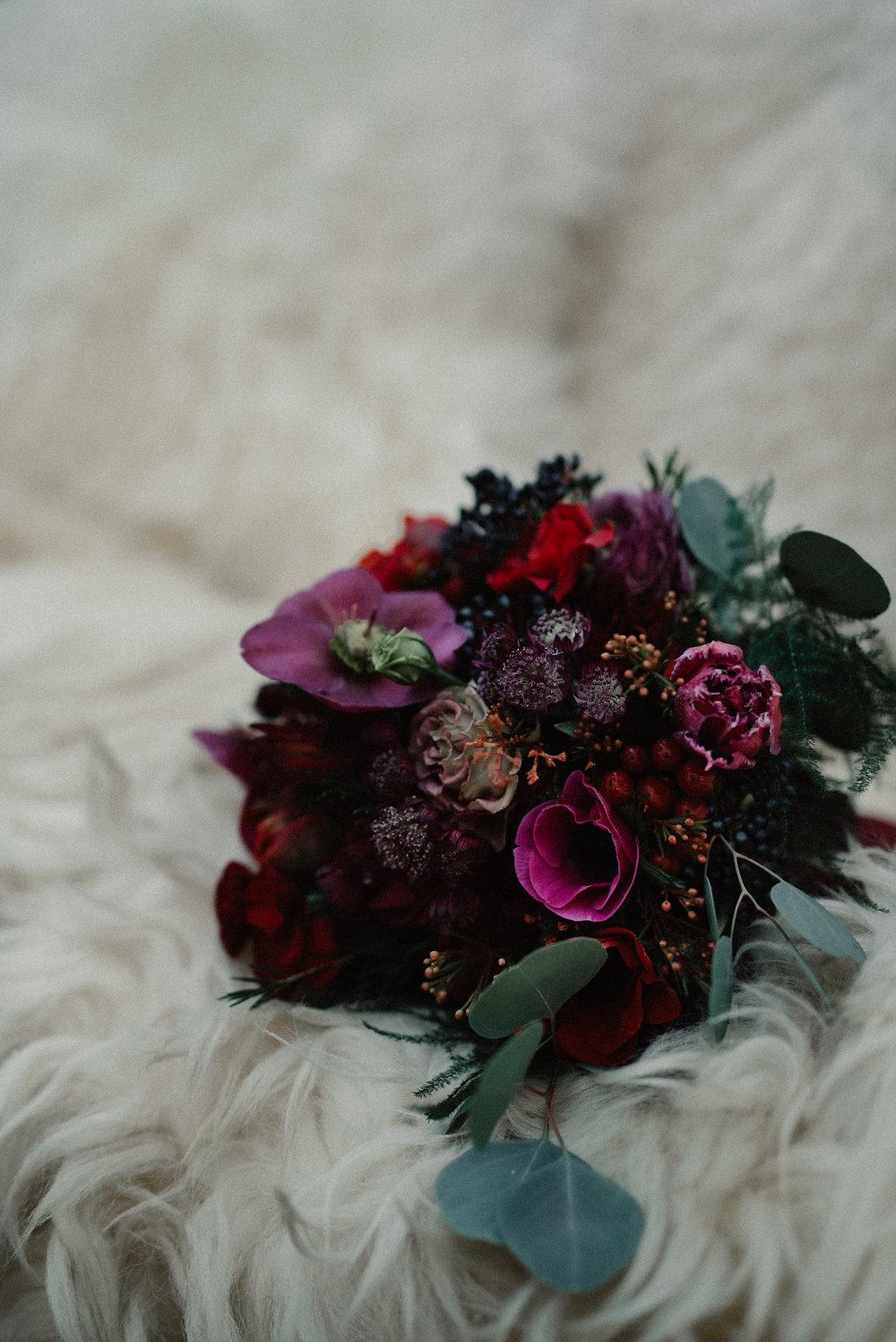 Brautstrauss Winterhochzeit, mit Rot und Pink