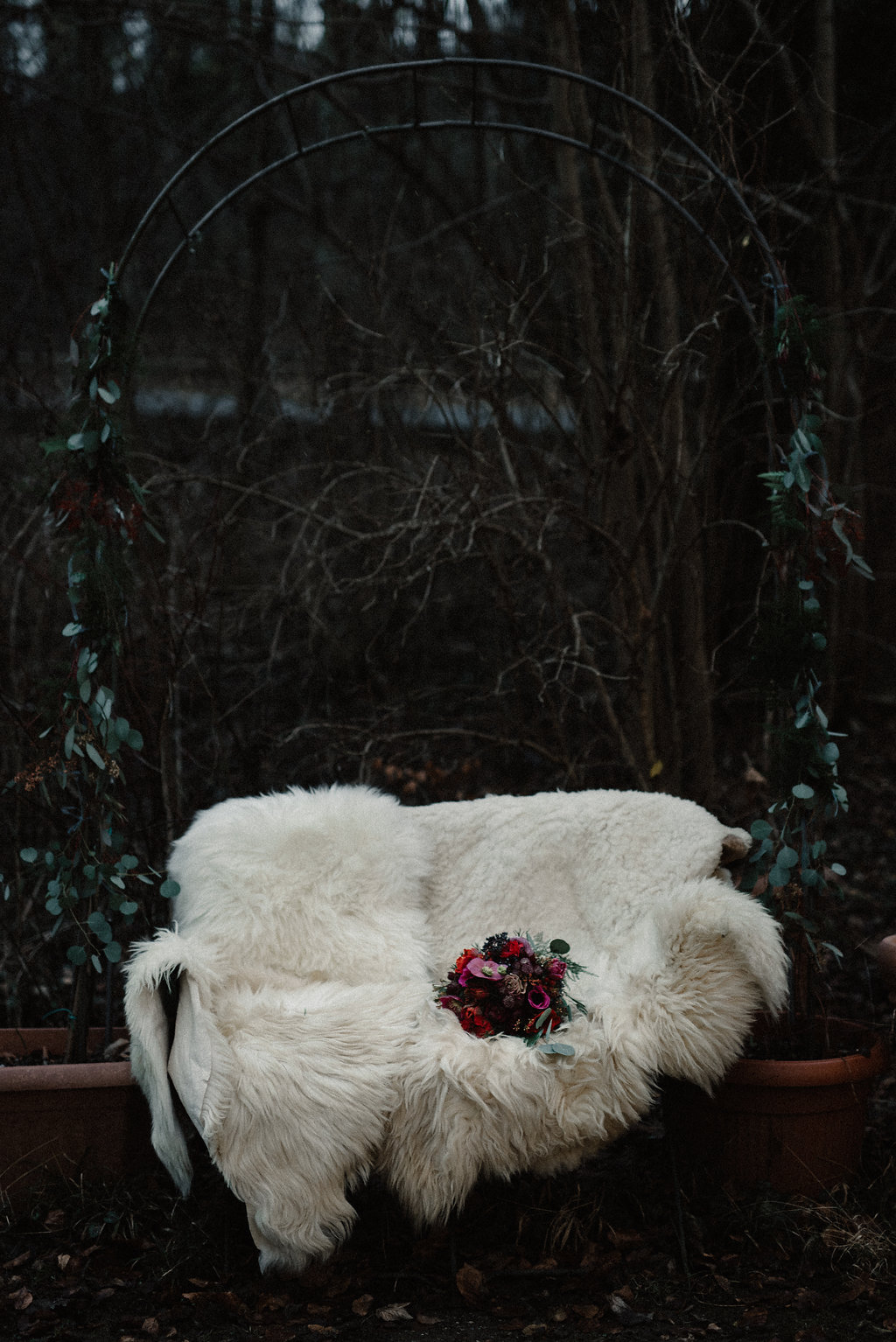 Brautstrauss Winterhochzeit mit Rot und Pink (Foto: Josee Lamarre)