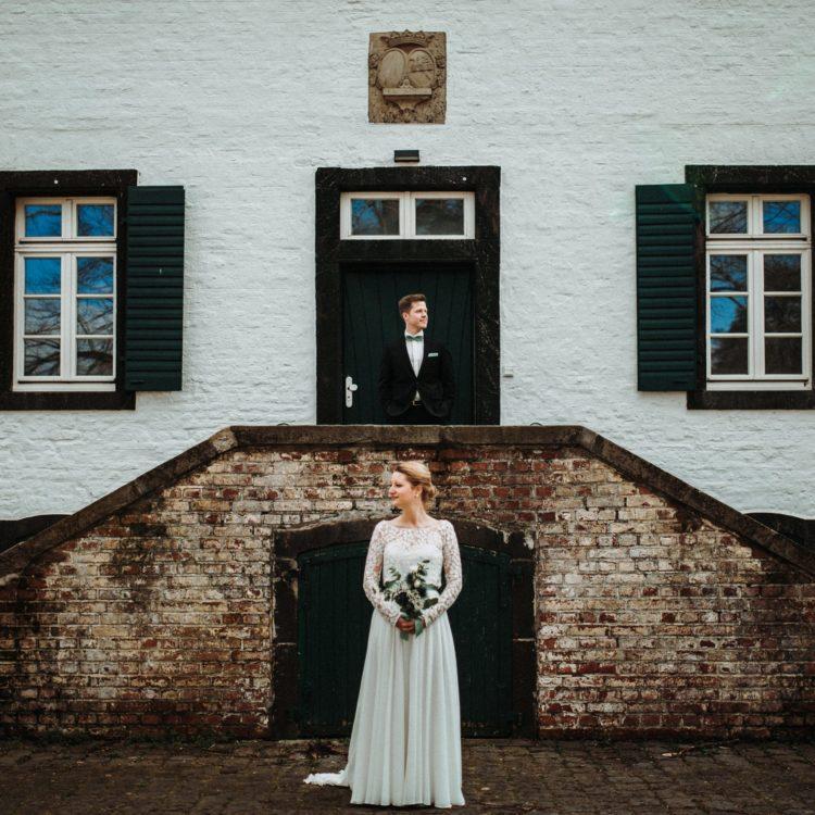 Brauttop aus Botanik Spitze und bodenlanger Tüllrock mit Brautgürtel