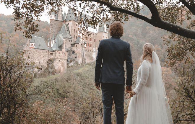Burghochzeit im Herbst mit Brautpulli, Tüllrock und Boho Spitzentop