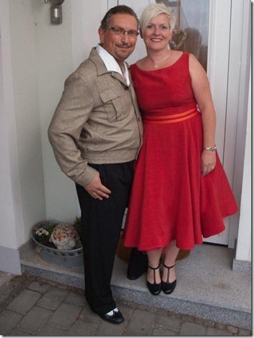 eingefärbtes Brautkleid nach der Hochzeit in Rot mit Gürtel