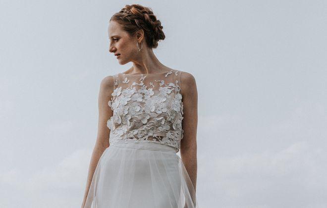 Brautkleid mit Blumen-Top aus 3D-Spitze, Überrock und Rock in A-Linie (Foto: Jennifer Nilsson, Le Hai Linh)