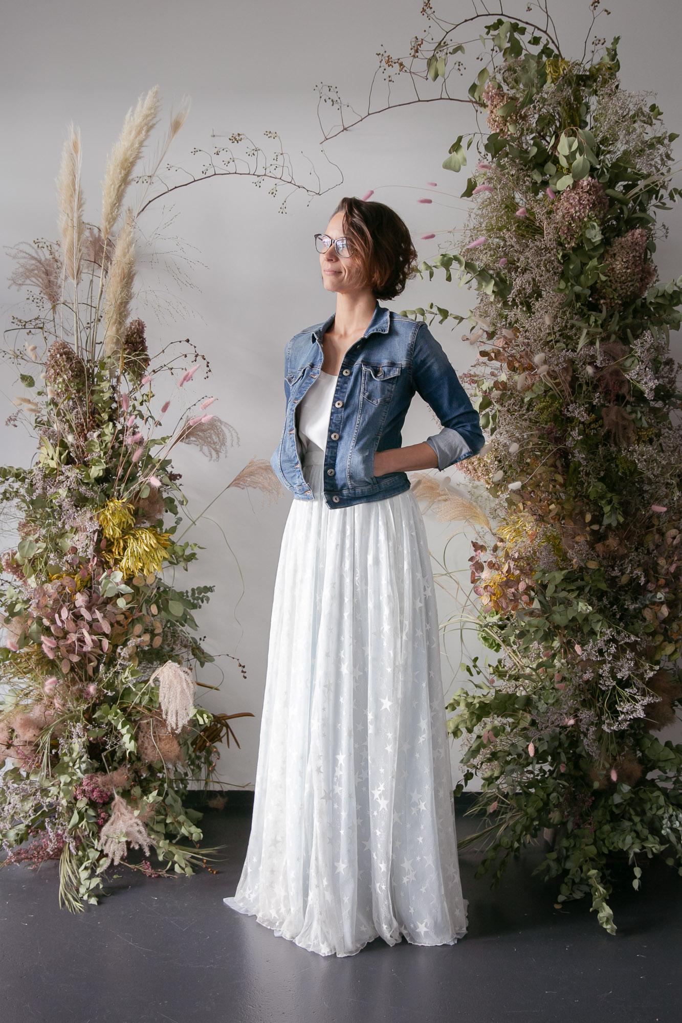 noni Brautmode, Softtüllrock in Blau mit Überrock aus Sternentüll zu Jeansjacke in Blau