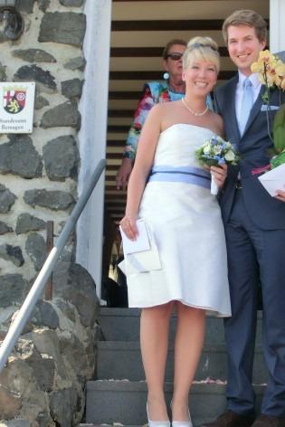 kurzes schlichtes Brautkleid mit besticktem Oberteil und hellblauem Gürtel