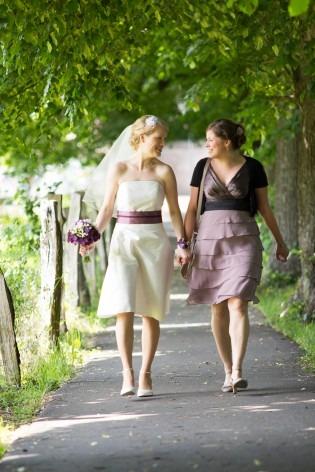 kurzes modernes Brautkleid mit Korsage und breitem farbigem Gürtel