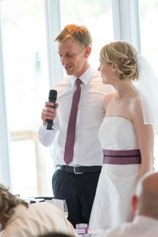 schlichtes, modernes Brautkleid mit breitem Gürtel in Mauve und Aubergine