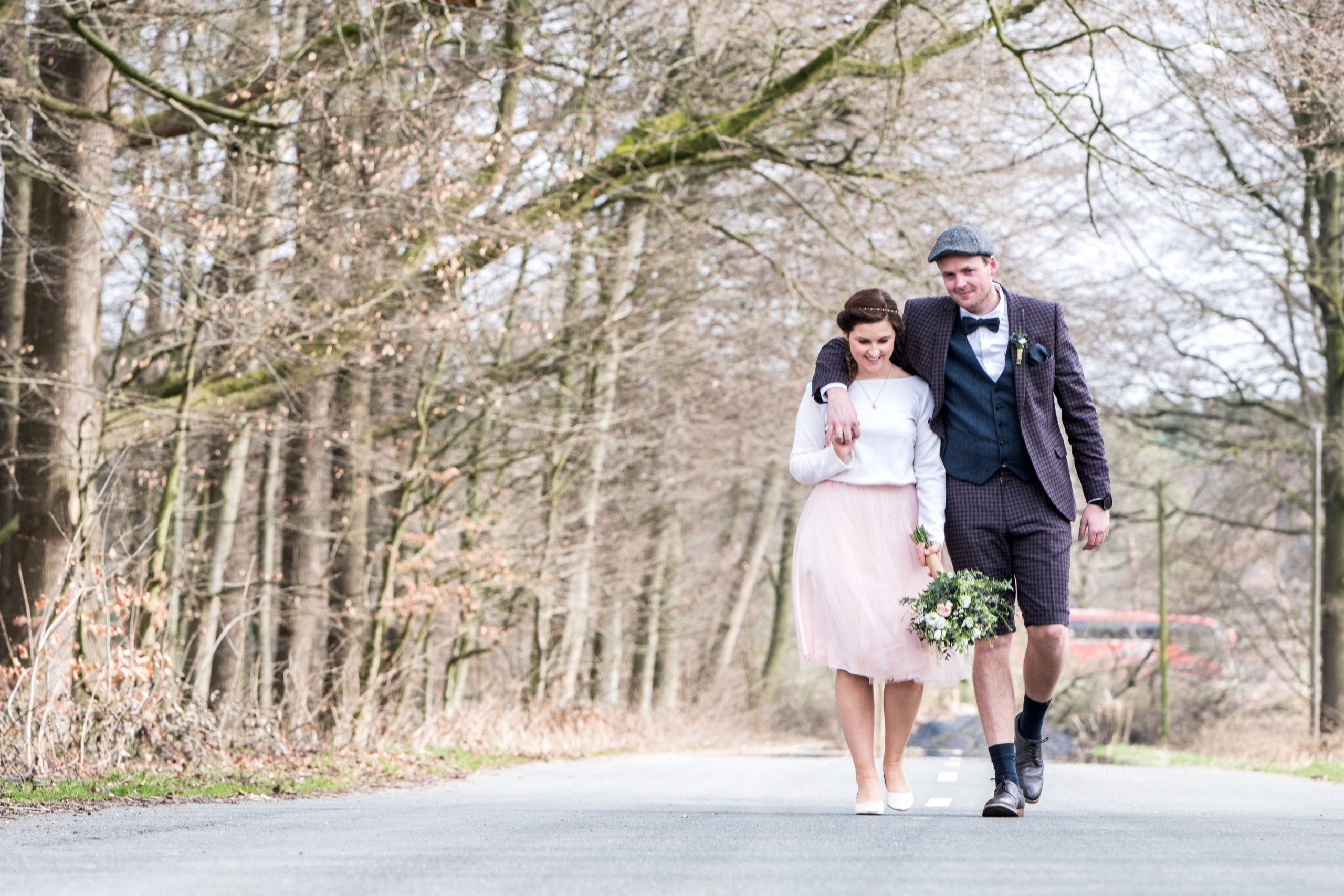 Kurzes Brautkleid für die Hochzeit im Frühling oder Herbst