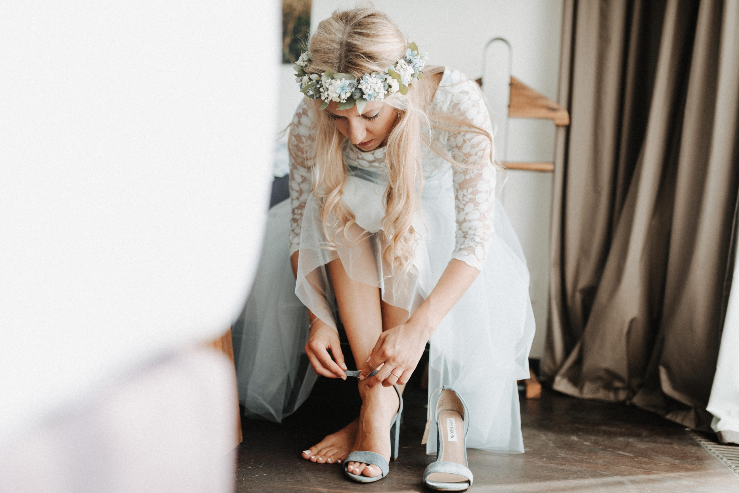 Kurzes Brautkleid mit Tuellrock und Spitzentop in Blau