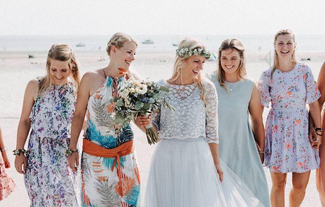 Kurzes Brautkleid mit Tuellrock und Spitzentop in Blau (Foto: ebbeliebtflut)