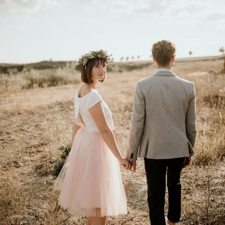 Kurzes Standesamtkleid mit Braut Top und Pullover
