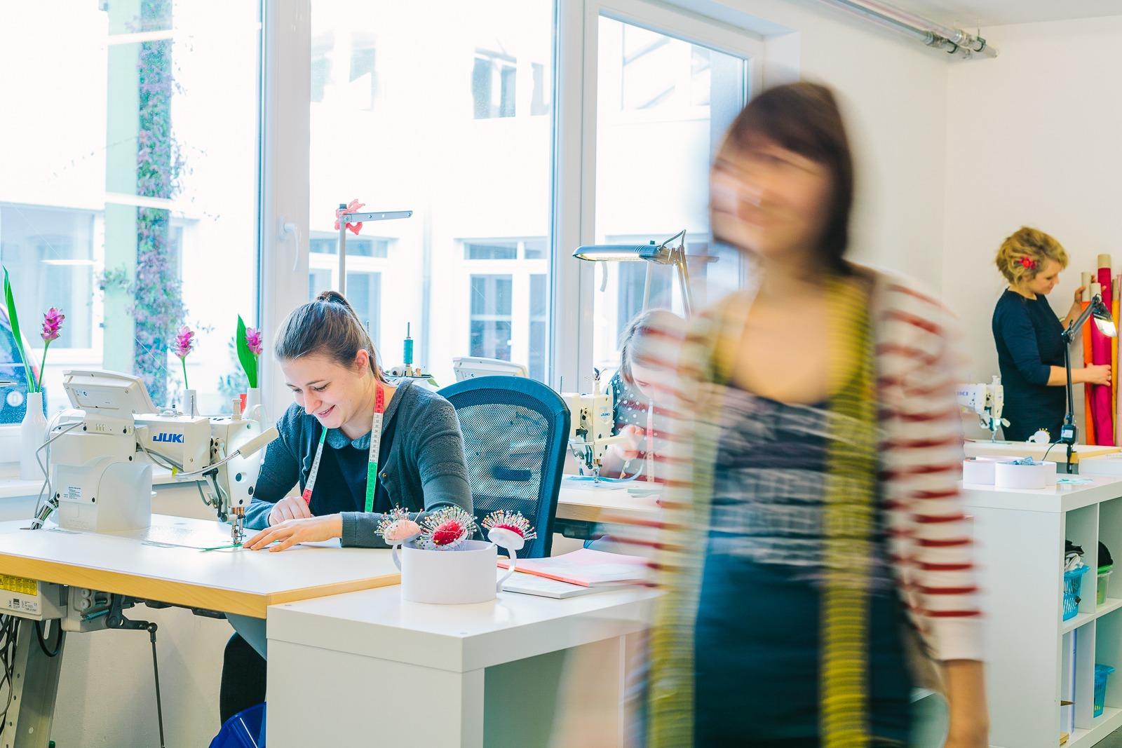 schlichte, moderne Brautmode, maßgeschneidert von noni aus Köln (Foto: Le Hai Linh)