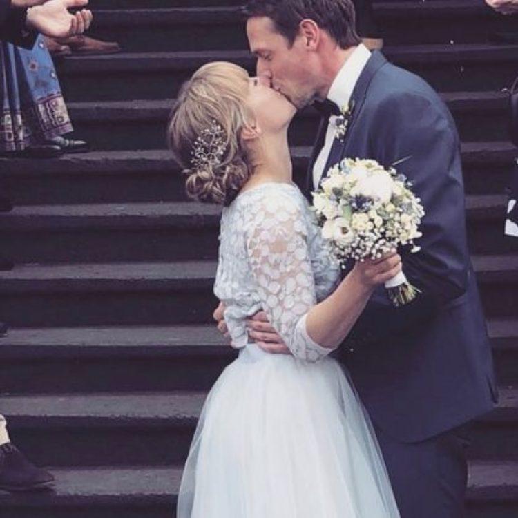 Moderne Hochzeit mit zweiteiligem Brautkleid in Blau