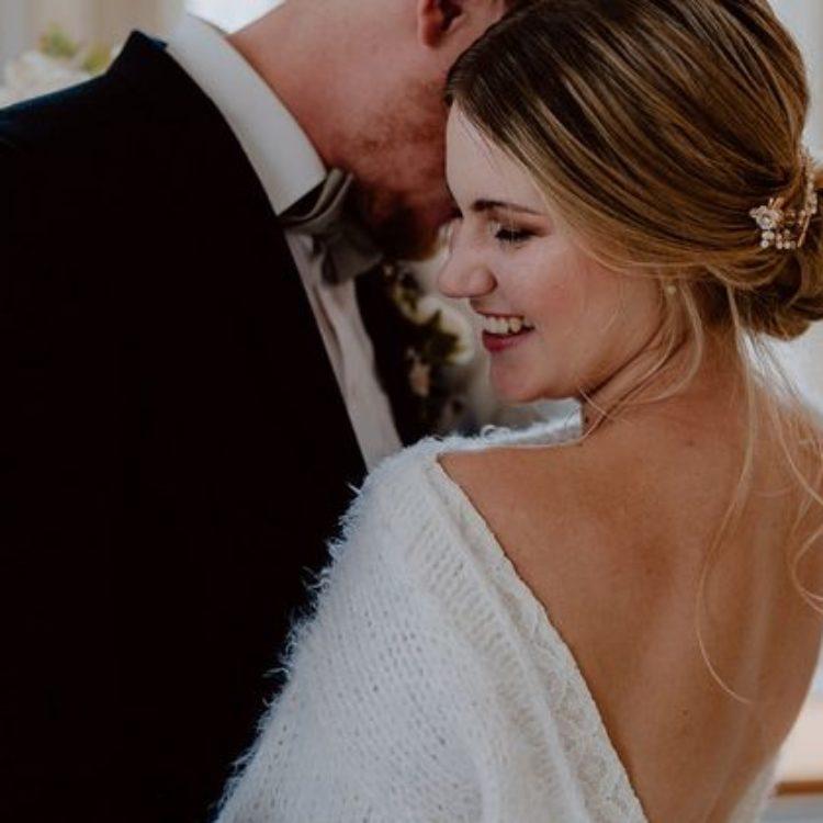 Inspiration für moderne Hochzeit mit Brautpullover