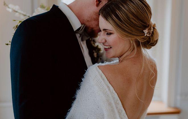 Inspiration für moderne Hochzeit mit Brautpullover (Foto: Nicole Otto)
