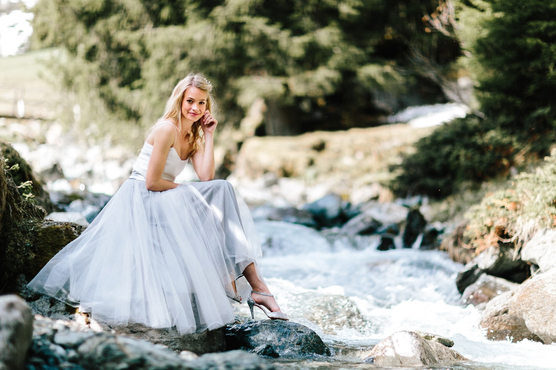 Modernes Brautkleid mit Spaghettiträgern und Tüllrock in Grau
