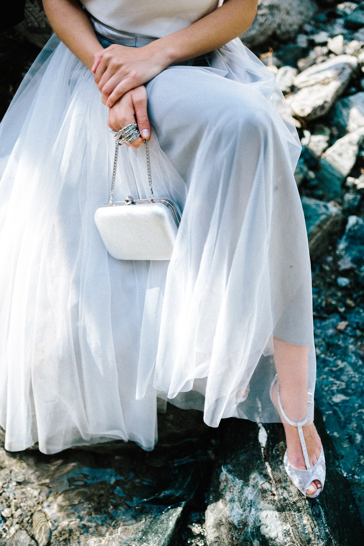 noni Brautkleider 2019 | Modernes Brautkleid mit Spaghettiträgern und Tüllrock in Grau (Foto: Jennifer Nilsson, Le Hai Linh)