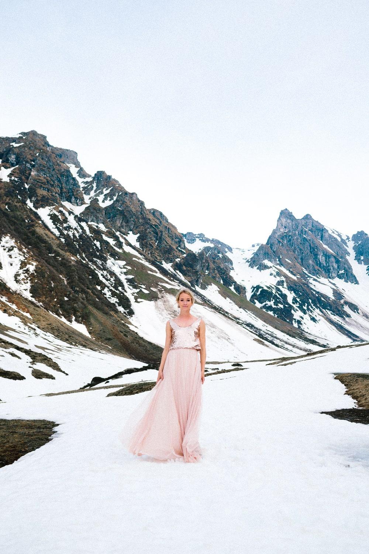 noni Brautkleider 2019 | Modernes Hochzeitskleid mit Paillettentop in Roségold und Tüllrock in Nude (Foto: Jennifer Nilsson, Le Hai Linh)