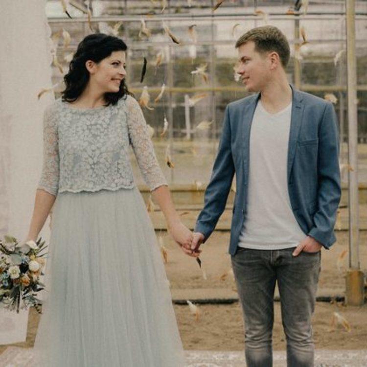 Modernes Brautkleid in Graublau