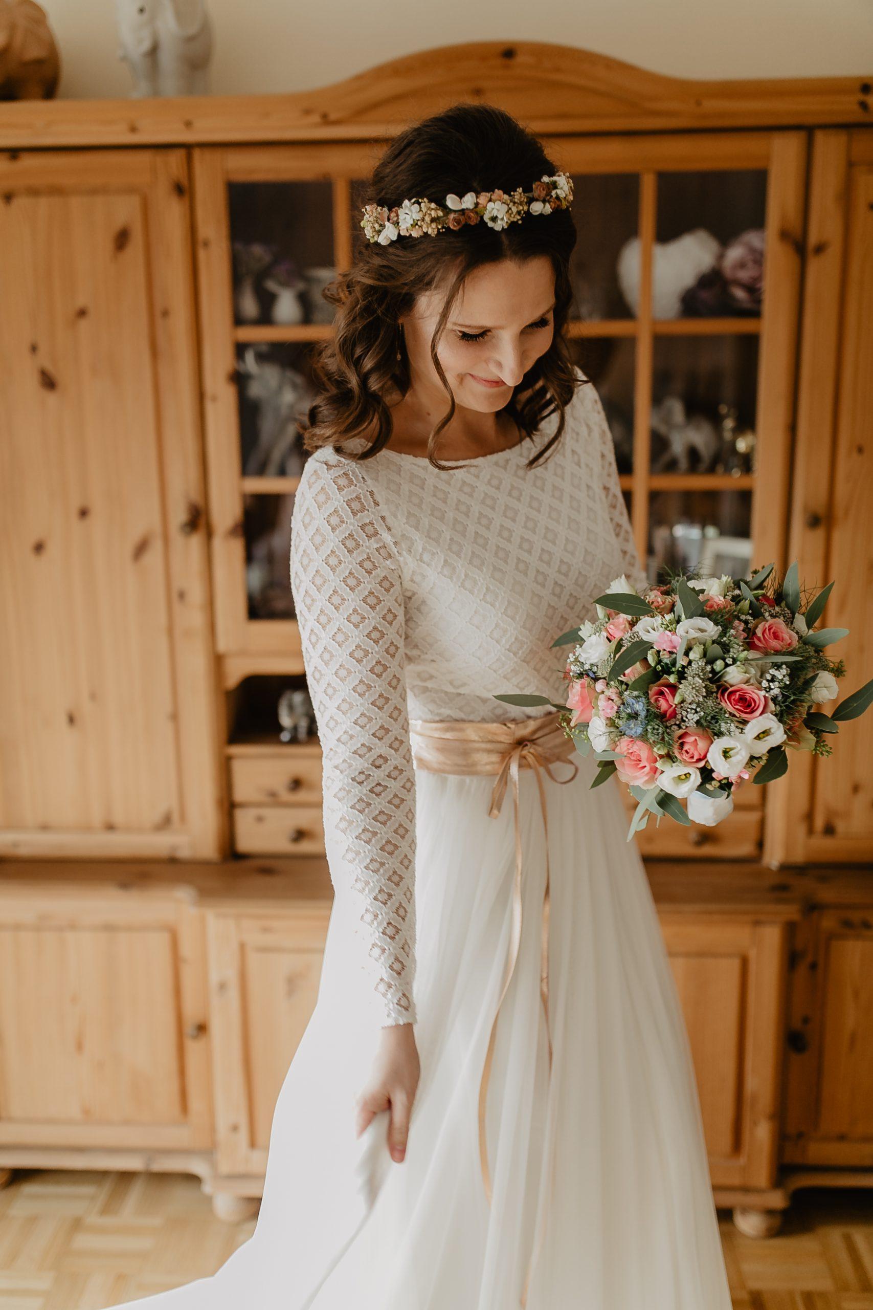 Modernes Brautkleid mit Braut Body aus Spitze