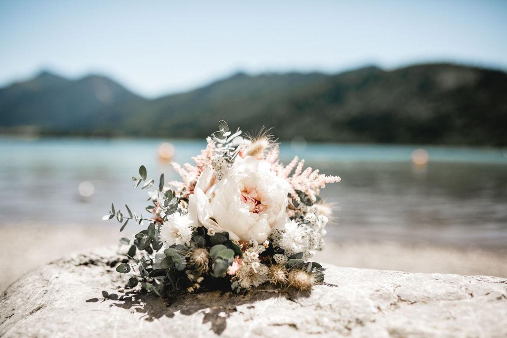 Modernes Brautkleid mit Midi Tüllrock und Brauttop aus Botanikspitze (Foto: Melpomeni Photography)