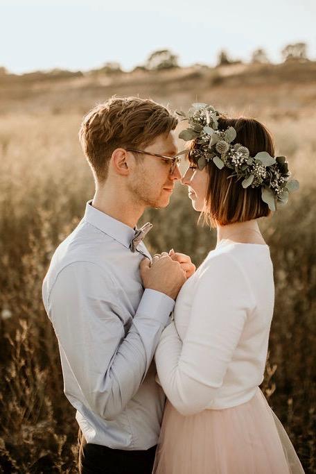 Modernes Standesamtkleid mit Tüllrock und Braut Pullover