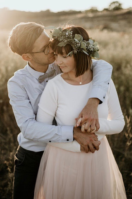 Modernes Standesamtkleid mit Tüllrock und Braut Pullover (Foto: Take a Pic)