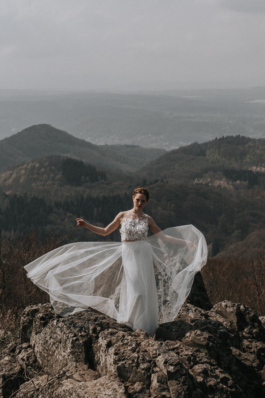 Brautmodel auf Berglandschaft