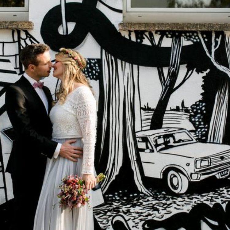 After Wedding-Shoot mit Langarm-Brautkleid im Boho Stil und Blumenkranz