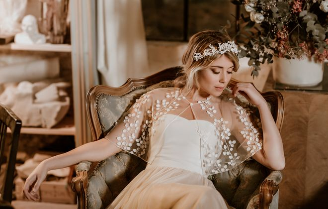 Transparentes Brautcape aus feiner Spitze mit zarten 3D-Blüten