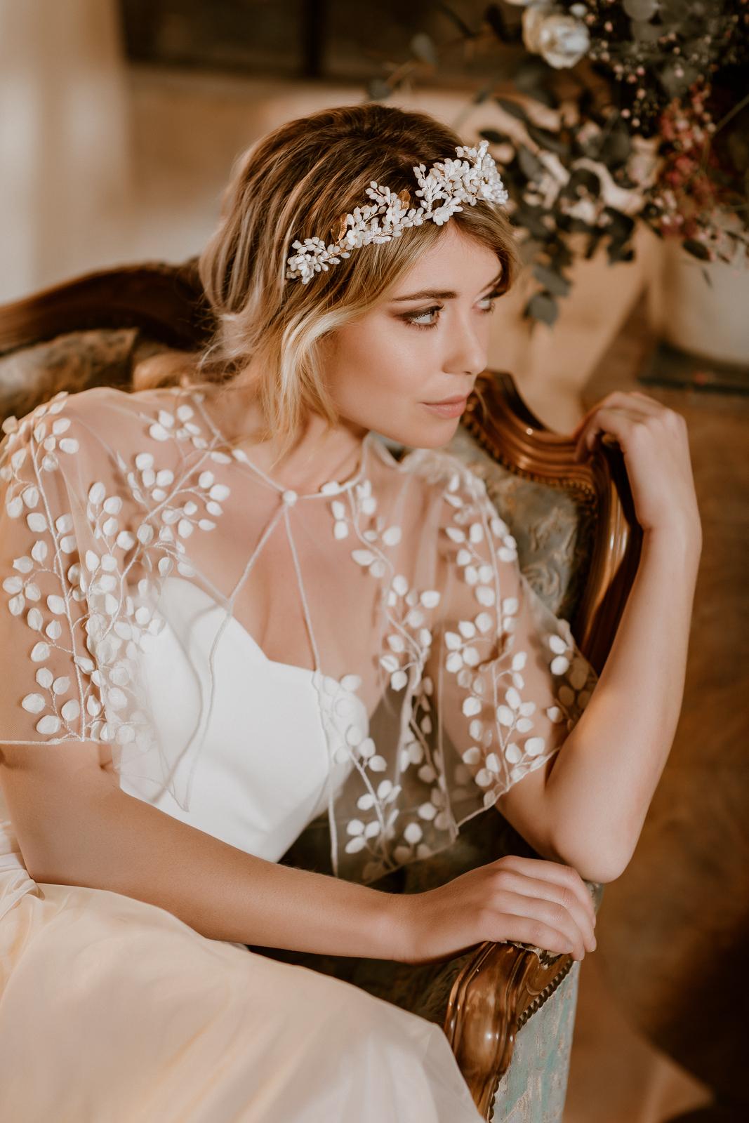 noni Jubiläumskollektion | Transparentes Brautcape aus feiner Spitze mit zarten 3D-Blüten, Detailansicht (Foto: Le Hai Linh)