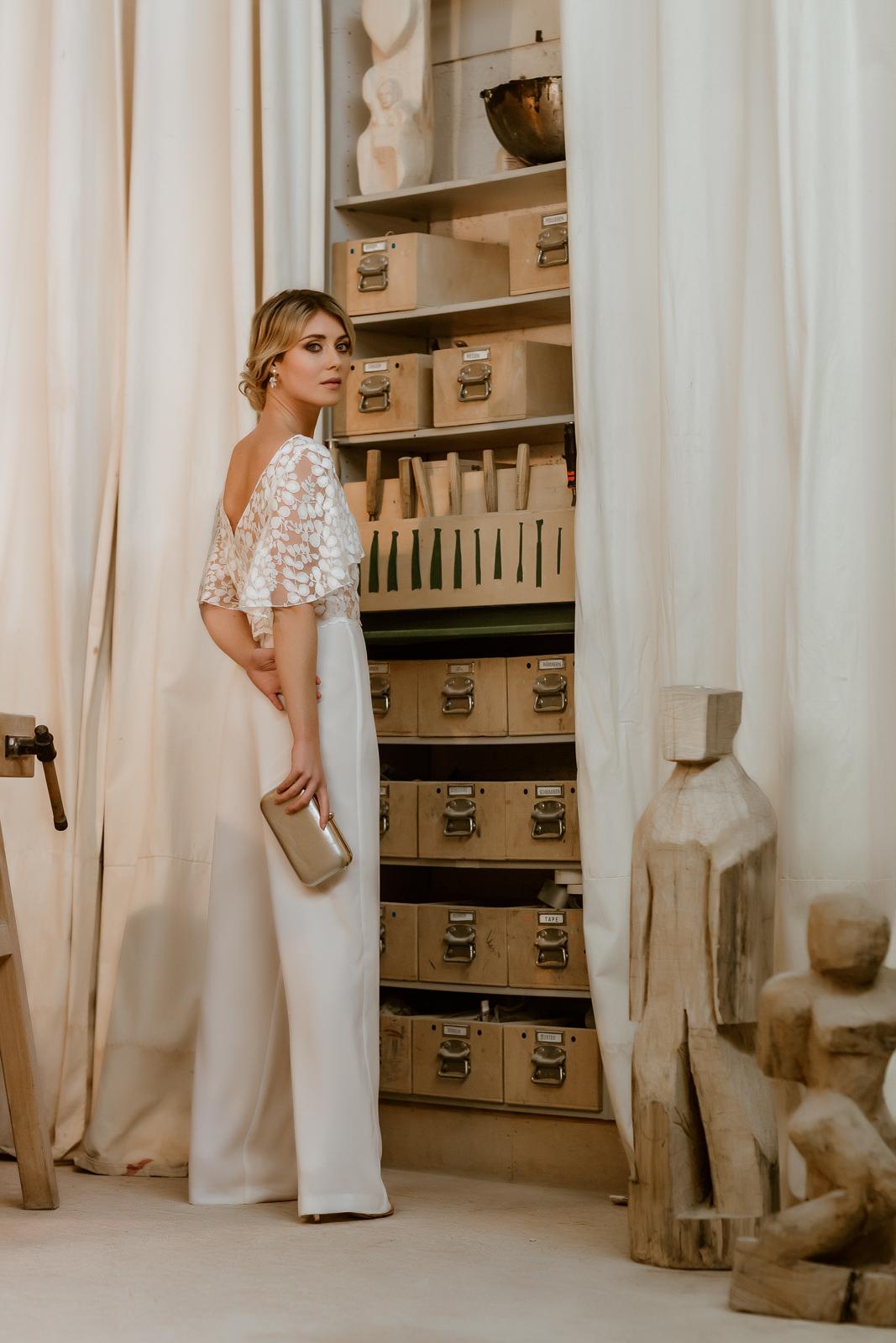 noni Jubiläumskollektion | Lange Brauthose und Spitzentop für zweiteiligen Hosenanzug, Rückenansicht (Foto: Le Hai Linh)