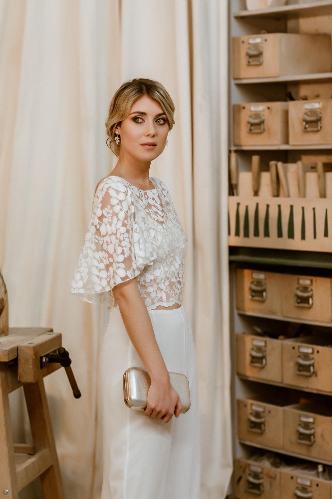 Lange Brauthose und Spitzentop mit Volants für zweiteiligen Hosenanzug, Halb-Profil