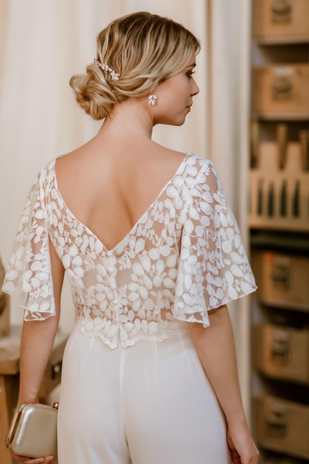 Brauthose und kurzes Spitzentop mit Flügelärmeln und Rückenausschnitt für zweiteiligen Hosenanzug, Rückenansicht