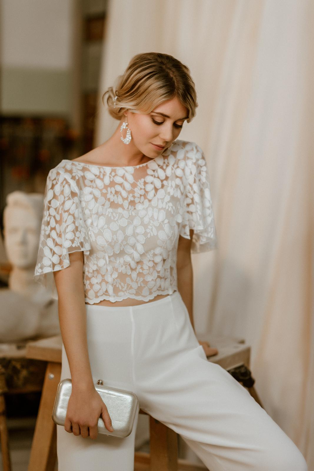 Kurzes Brauttop mit Flügelärmeln und Hose für zweiteiligen Hosenanzug, Ganzkörperbild, Frontalansicht