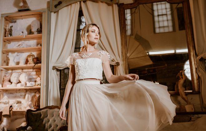 Brautkleid mit Croptop aus 3D-Spitze und Tüllrock in Ivory-Blush, Frontalansicht, Ganzkörperbild (Foto: Le Hai Linh)