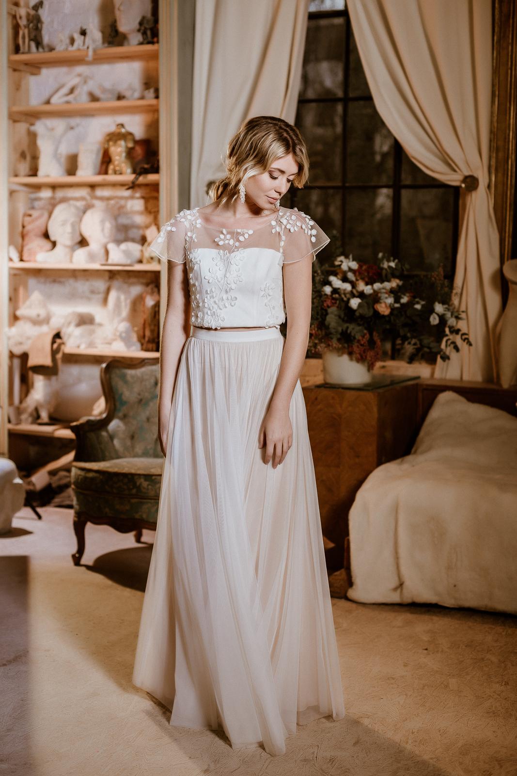 Brautkleid mit Croptop aus 3D-Spitze und Tüllrock in Ivory-Blush, Frontalansicht, Ganzkörperbild