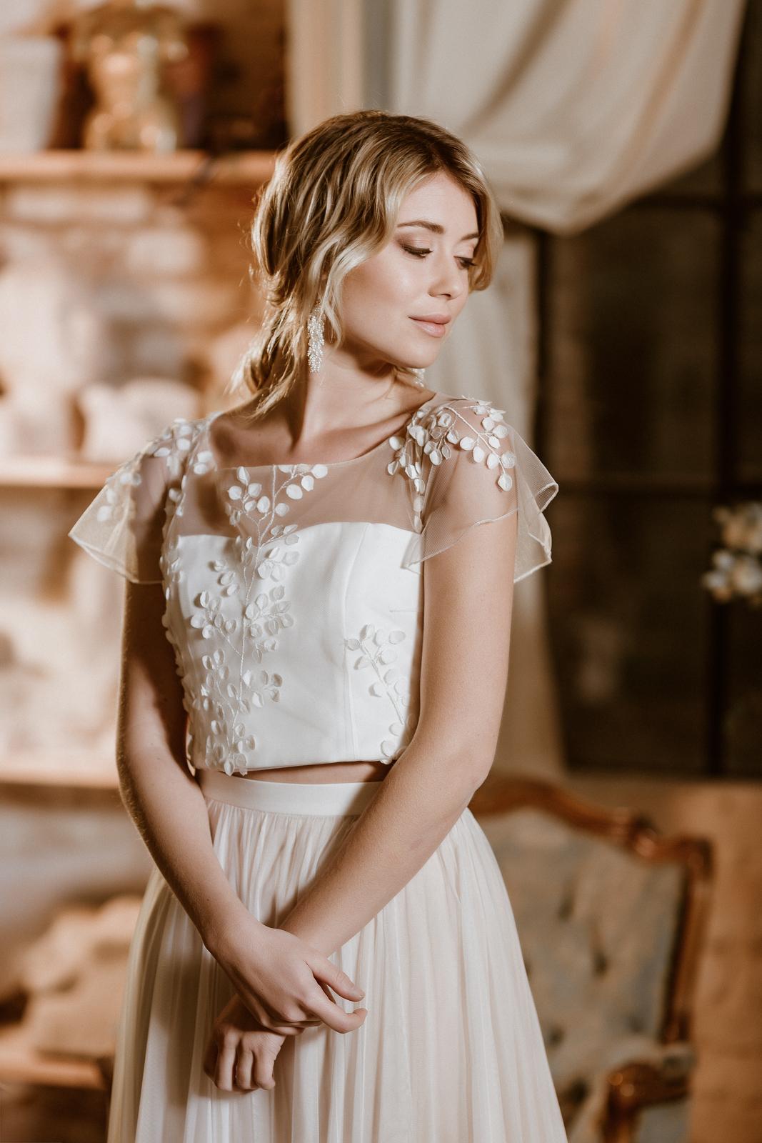 Brautkleid mit Croptop aus 3D-Spitze und Tüllrock in Ivory-Blush, Frontalansicht