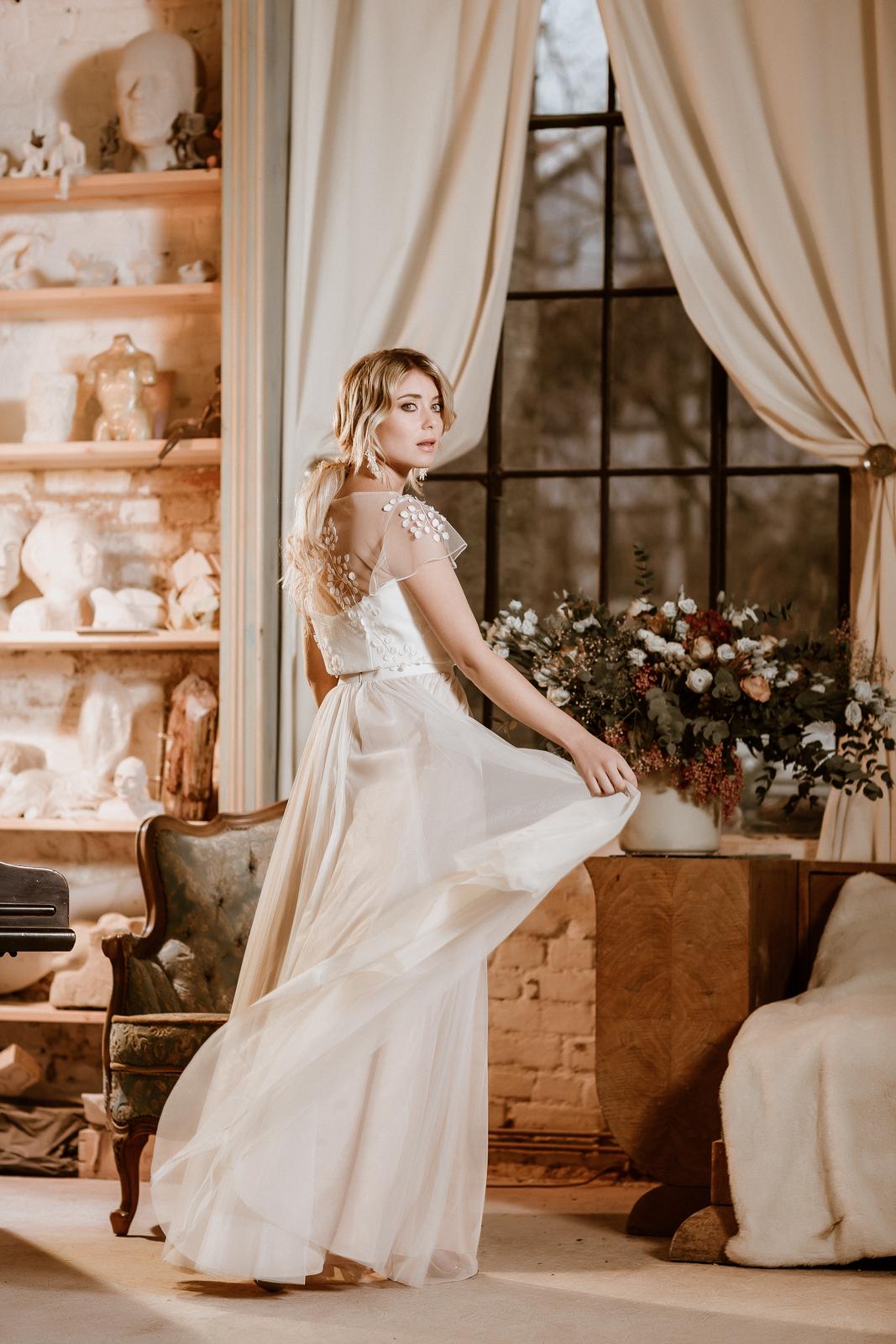 noni Jubiläumskollektion | Brautkleid mit Croptop aus 3D-Spitze und Tüllrock in Ivory-Blush, Frontalansicht, Rückenansicht (Foto: Le Hai Linh)
