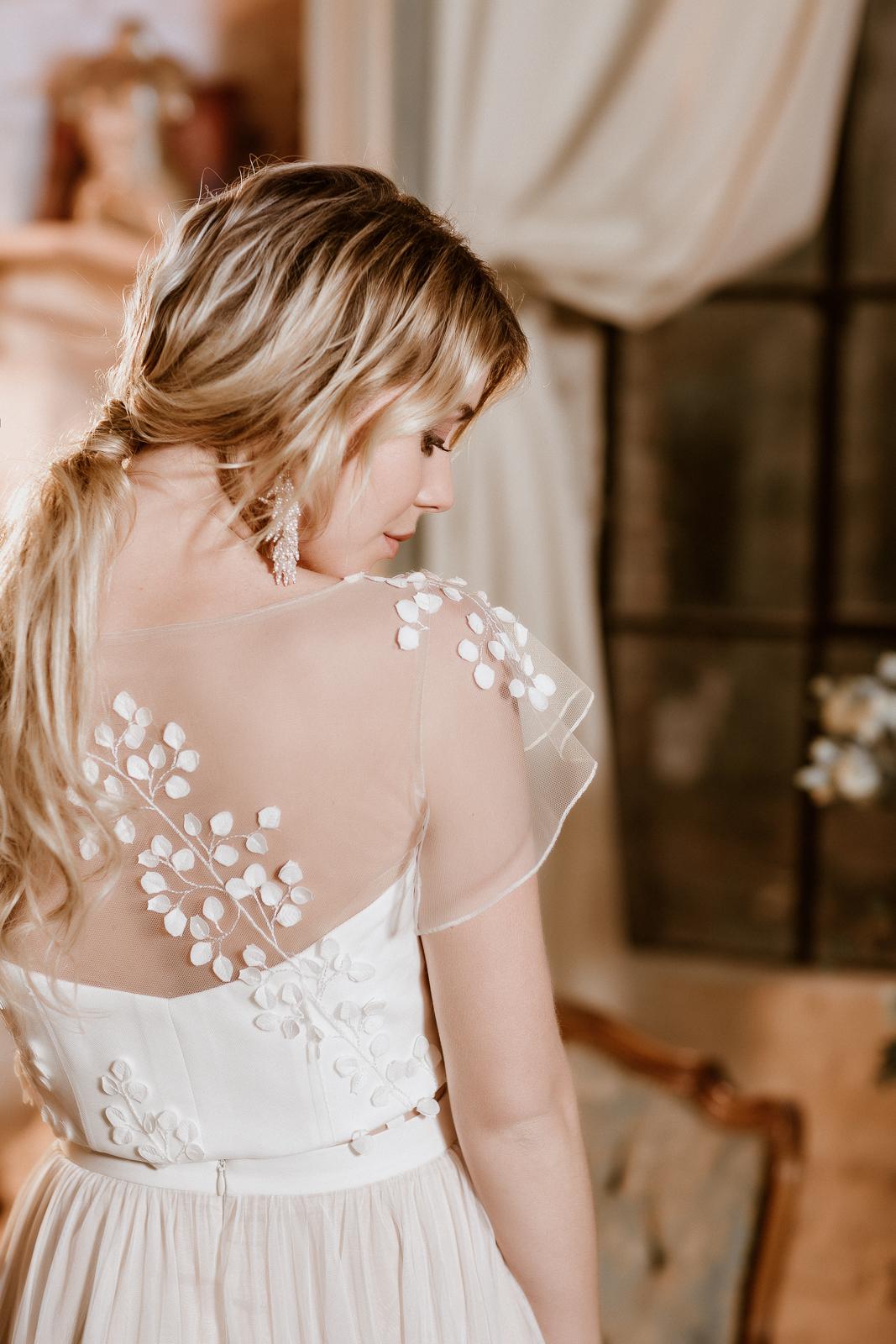 noni Jubiläumskollektion | Brautkleid mit Croptop aus 3D-Blättern, Rückenansicht (Foto: Le Hai Linh)