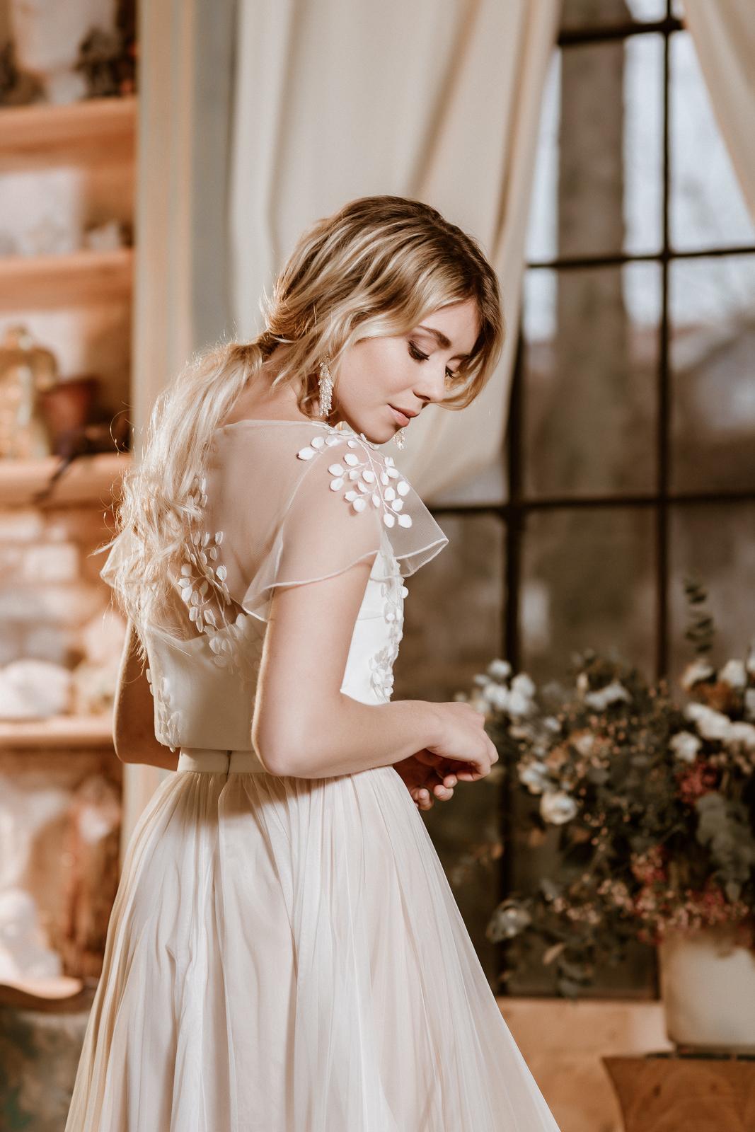 noni Jubiläumskollektion | Brautkleid mit Croptop aus 3D-Spitze und Tüllrock in Ivory-Blush, Rückenansicht (Foto: Le Hai Linh)