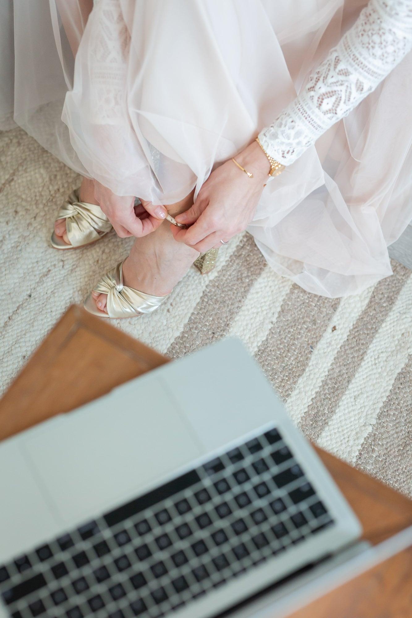 noni Brautkleid kaufen, Moodbild, Frau in Wohnzimmer bei Brautkleid-Anprobe Zuhause